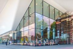 Ingång av den berömda Stedelijken Musem i Amsterdam Arkivbilder