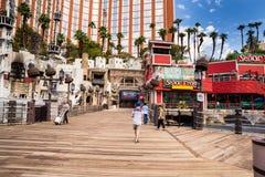 Ingång för strandpromenad för för skattöhotell och kasino Arkivbild