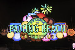 Ingång för välkommet tecken för Patong strand upplyst ovannämnd till den Bangla vägen Arkivfoton