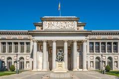 Ingång till det Prado museet med den Velazquez statyn av Madrid Arkivfoton