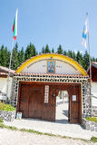 Ingång till kloster av helgonet Panteleimon i Rhodopesen Arkivfoto
