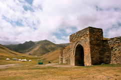 Ingång till stenfästningen och det forntida hotellet Tash Rabat, Kirgizistan Arkivfoto