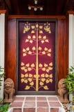 Ingångsdörr med målningen och dubbel singha Royaltyfria Foton