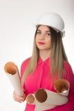 Ingénieur civil de belle femme tenant des modèles Image stock