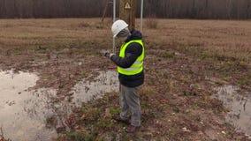 Ingénieur d'électricien à l'aide du comprimé aux poteaux à haute tension clips vidéos