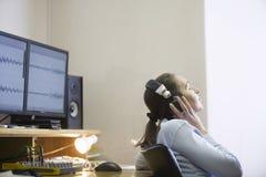 Ingénieur du son Listening To Music Photo libre de droits