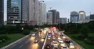ingorghi stradali occupati della città urbana moderna 4k, costruzione dei timelapse&houses della via della strada principale video d archivio