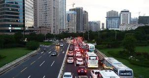 ingorghi stradali occupati della città urbana moderna 4k, costruzione di case di &business della via della strada principale archivi video