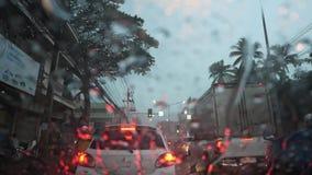 Ingorgo di traffico di ora di punta di giorno piovoso stock footage