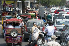 Ingorgo di traffico, scena della via, la gente di città in India Immagine Stock