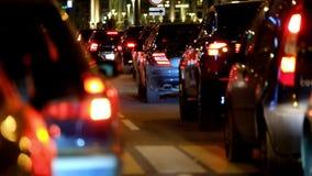 Ingorgo stradale alla grande vista della parte posteriore della città archivi video