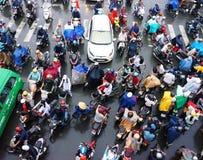 Ingorgo stradale, città dell'Asia, ora di punta, giorno della pioggia Immagine Stock