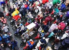 Ingorgo stradale, città dell'Asia, ora di punta, giorno della pioggia Fotografia Stock