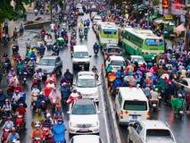 Ingorgo stradale, città dell'Asia, ora di punta, giorno della pioggia Immagini Stock