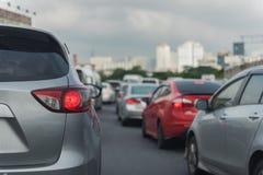 Ingorgo stradale con la fila delle automobili fotografia stock