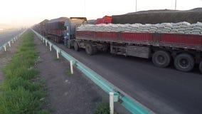 Ingorgo stradale dei camion sui paesi del confine stock footage