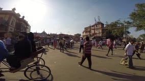 Ingorgo stradale del risciò sulla via di Nuova Delhi video d archivio