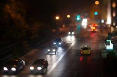 Ingorgo stradale dell'automobile della città, luci notturne Fotografie Stock