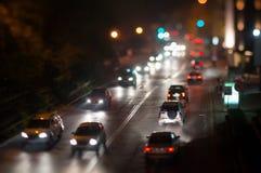 Ingorgo stradale dell'automobile della città, luci notturne Immagini Stock