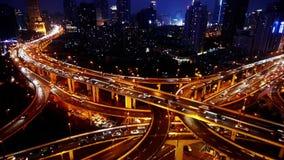 Ingorgo stradale dell'automobile di vista aerea di notte di Shanghai su scambio del passaggio stock footage