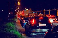 Ingorgo stradale di notte su una via della città Immagine Stock