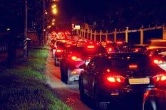 Ingorgo stradale di notte su una via della città Fotografia Stock