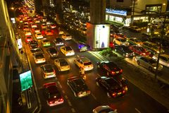 Ingorgo stradale nel centro urbano alla notte Fotografia Stock Libera da Diritti