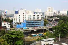 Ingorgo stradale nella vista di Bangkok da costruzione Immagine Stock