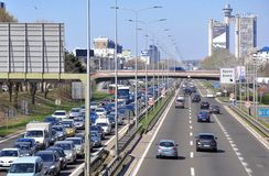 Ingorgo stradale in nuova via di Belgrado fotografie stock