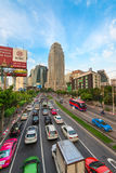 Ingorgo stradale su una città moderna nell'ora di punta Fotografie Stock Libere da Diritti