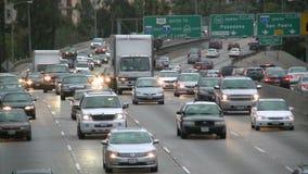 Ingorgo stradale in tempo reale sulla strada principale occupata archivi video
