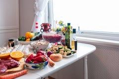 Ingrédient avec beaucoup de nourritures, légumes, fruits se préparant au vacarme Photographie stock