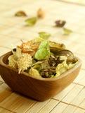 Ingrédient de fines herbes normal dans la cuvette en bois Photos libres de droits