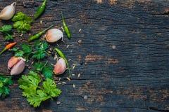 Ingrédient de nourriture de fines herbes et épicé sur le bois foncé image stock