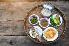 Ingrédient pour la nourriture thaïlandaise, favoris thaïlandais, Khantoke sur le fond en bois, nourriture sur la montagne dans le photo stock