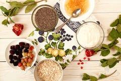 Ingrédient pour préparer le petit déjeuner sain : chia, muesli, congelé photos libres de droits