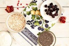 Ingrédient pour préparer le petit déjeuner sain : chia, muesli, congelé photo stock