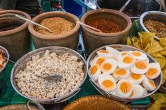 Ingrédient thaïlandais et asiatique de nouille comme porc, oeuf à la coque, piment et Images libres de droits