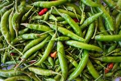 Ingrédient vert rouge de poivre de piment de vue supérieure pour la nourriture thaïlandaise de soupe épicée chaude à Tom Yum Chil Image stock