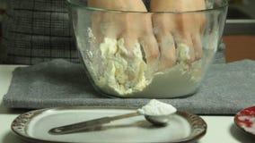 Ingrédients à cuire et de mélanges de femme pour la tarte aux pommes banque de vidéos