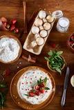 Ingrédients crus de vue supérieure pour faire cuire le tarte ou le gâteau de fraise sur la table en bois, configuration d'apparte photos libres de droits