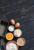 Ingrédients crus - farine, oeufs, beurre, sucre, orange - pour faire cuire le gâteau orange Ingrédients pour le traitement au fou Images stock