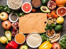 Ingrédients crus frais pour la cuisson saine Légumes, fruit, graines, céréales, haricots, épices, superfoods, herbes Nettoyez la  photographie stock