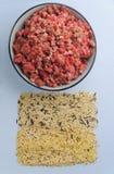 Ingrédients crus naturels pour l'aliment pour animaux familiers sur le fond bleu Image libre de droits
