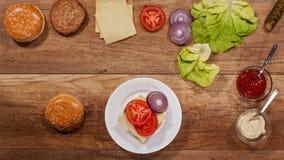 Ingrédients d'hamburger assemblant un hamburger délicieux banque de vidéos