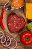 Ingrédients d'hamburger au-dessus de table en bois rustique Vue supérieure Images stock