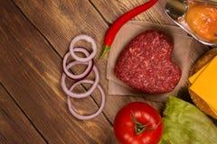 Ingrédients d'hamburger au-dessus de table en bois rustique Vue supérieure Photo libre de droits