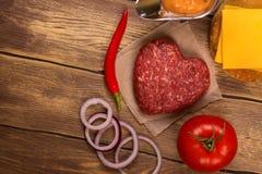 Ingrédients d'hamburger au-dessus de table en bois rustique Vue supérieure Photo stock