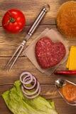 Ingrédients d'hamburger au-dessus de table en bois rustique Vue supérieure Photographie stock