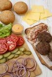 Ingrédients d'hamburger sur un fond en bois blanc, vue de côté Plan rapproch? images libres de droits